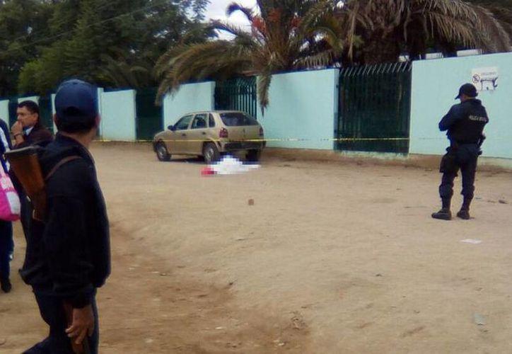 Imagen del lugar donde asesinaron al maestro e hirieron a su esposa en Ocotlán, Oaxaca. Los sicarios huyeron del lugar en una moto. (nvinoticias.com)
