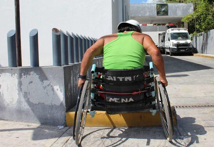 La clínica del Issste no cuenta con rampas para las personas que se desplazan en sillas de ruedas. (Irving Canul/SIPSE)