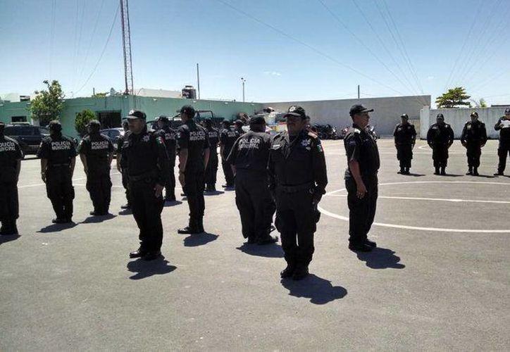 Al policía tercero de la Policía Municipal de Progreso, Juan Pablo Catzín Catzín, sus compañeros le dieron la espalda, en un acto simbólico de rechazo a su actuar como agente, durante su 'degradación'. (Oficial)