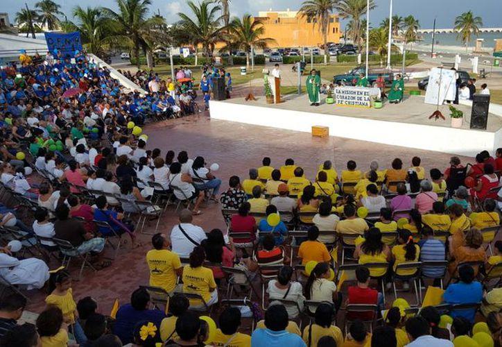 Decenas de familias se dieron cita en la concha acústica del Parque de la Paz, en el Malecón de Progreso, para ser parte de la celebración eucarística. (Foto: Gerardo Keb/SIPSE)