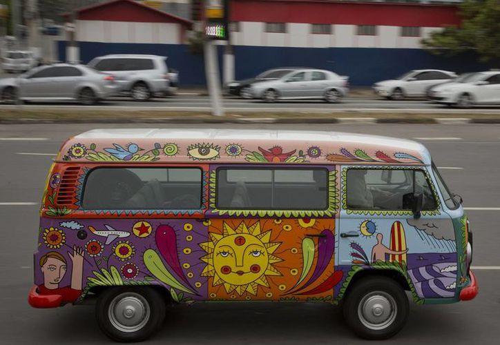 """El ejecutivo publicitario Marcelo Serpa conduce por las calles de Sao Paulo su Combi VW decorada con el """"mural rodante"""" que él mismo le pintó. (Agencias)"""