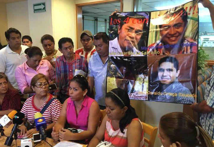 Imagen de la rueda de prensa que familiares de los médicos desaparecidos realizaron en días pasados para pedir a las autoridades su intervención para buscarlos. (81siete.com)