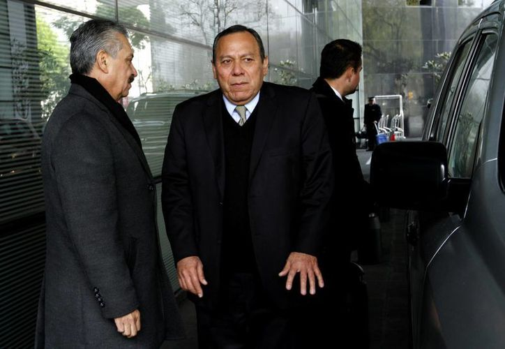 El presidente nacional del partido PRD, Jesús Zambrano a su salida de una reunión en privado con sus correligionarios. (Archivo/Notimex)