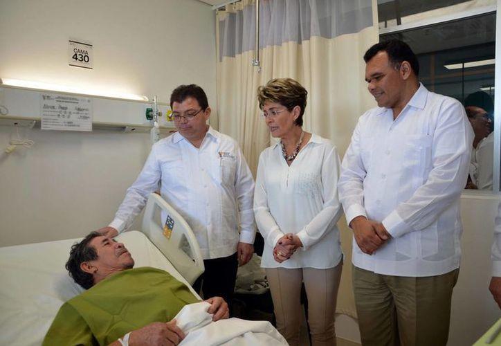 Entre sus actividades del martes, el gobernador Rolando Zapata Bello inauguró, junto con la secretaria de Salud federal, Mercedes Juan López, las mejoras del Hospital O'Horán. (SIPSE)