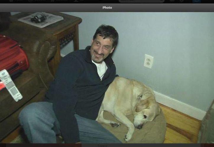 Albert Rizzi y su perro guía. (freeinews.com)