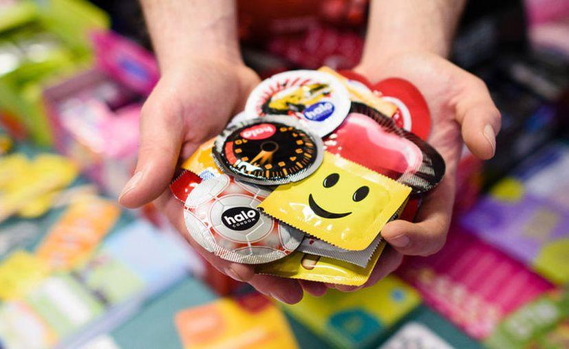 Pese a los riesgos sanitarios que presentan estos preservativos, comercios como hoteles y supermercados los eligen debido a sus atractivos precios. (Leon Neal / AFP)