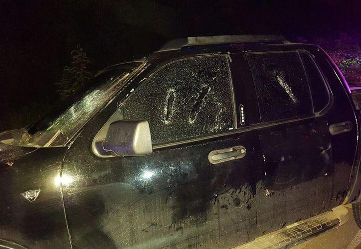 Un grupo de jóvenes sufrieron la agresión a batazos a la camioneta en la que viajaban, por parte de unos encapuchados. (Alejandro Poot/SIPSE)