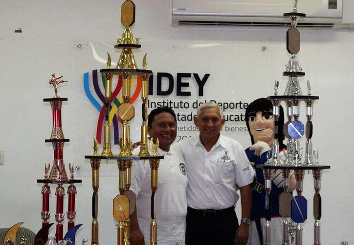 Imagen del organizador del evento, con los trofeos que se entregarán en la XIV edición del torneo 'Nuevos Valores Deportivos de TKD'. (Milenio Novedades)