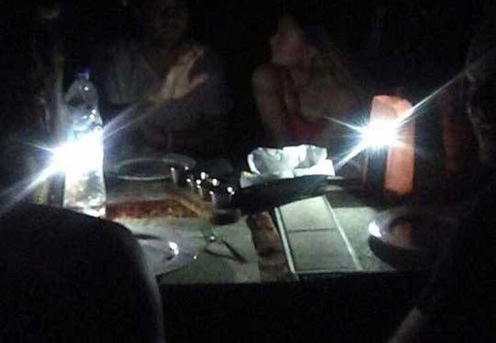 Pobladores de Isla Mujeres se quedaron sin luz desde las 7:30 de la noche de este domingo. (Isla Mujeres al Día/Facebook)