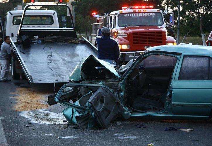 El uso del teléfono celular al conducir propicia accidentes de tránsito, por lo que los legisladores aprobaron sancionar con hasta tres años de prisión a los infractores. (Archivo/SIPSE)
