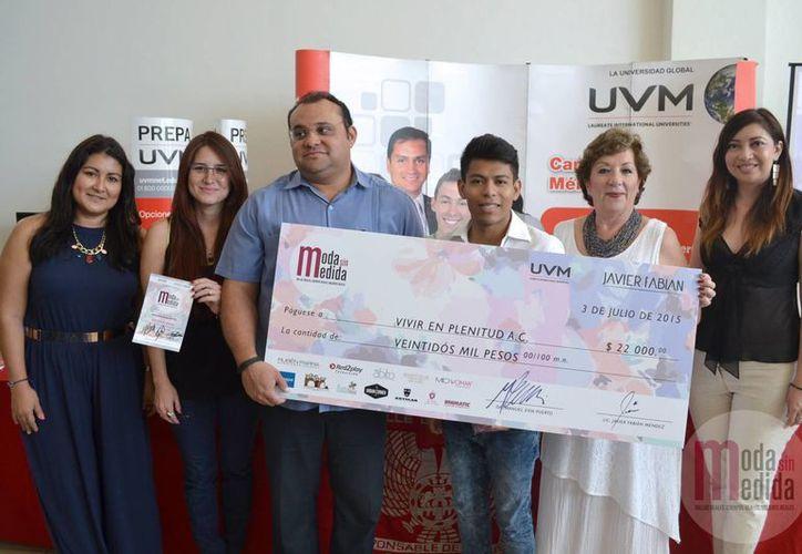 Doña Alejandrina Escaroz (der.), presidenta de Vivir en Plenitud, al momento de recibir el donativo. (Milenio Novedades)