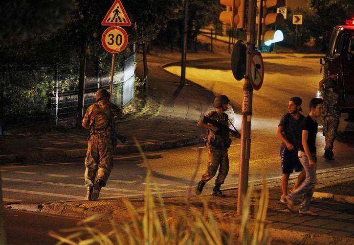 Militares de Turquía tomaron el control del país, tras un golpe de Estado. (AP)