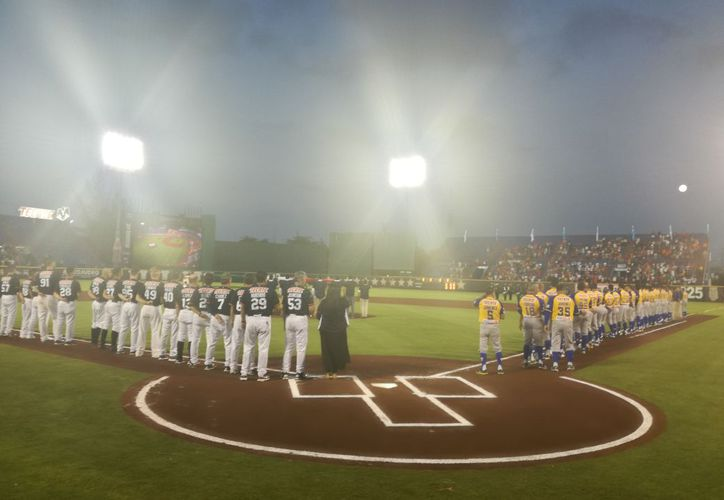 La ceremonia de inauguración de la temporada de béisbol en el estadio Beto Ávila. (Israel Leal/SIPSE)