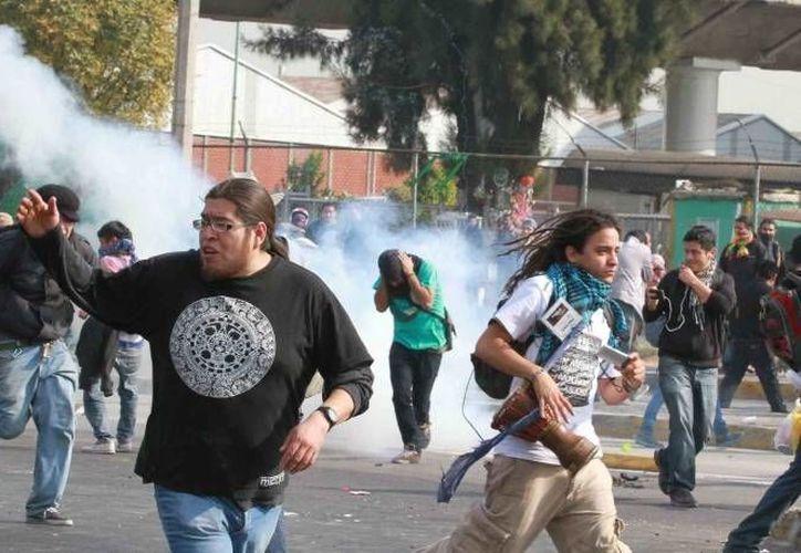 Las protestas en la capital de México el 1 de diciembre de 2012 dejaron como saldo varios heridos y decenas de detenidos. (Agencias)