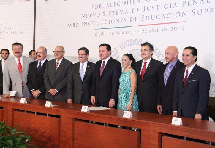 José de Jesús Williams (segundo desde la derecha), rector de la Uady, estuvo presente en la firma del Memorándum de Entendimiento para la Formación y Capacitación de Profesionistas en el Sistema de Justicia Penal. (Foto cortesía del Gobierno de Yucatán)