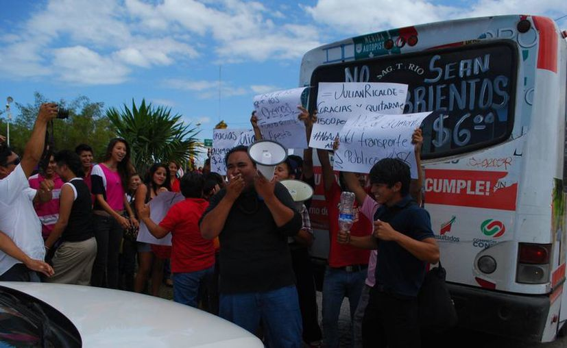 """Manifestantes del Frente Juvenil Revolucionario en """"El Ceviche"""", protestaron por el alza a tarifas de transporte. (Tomás Álvarez/SIPSE)"""