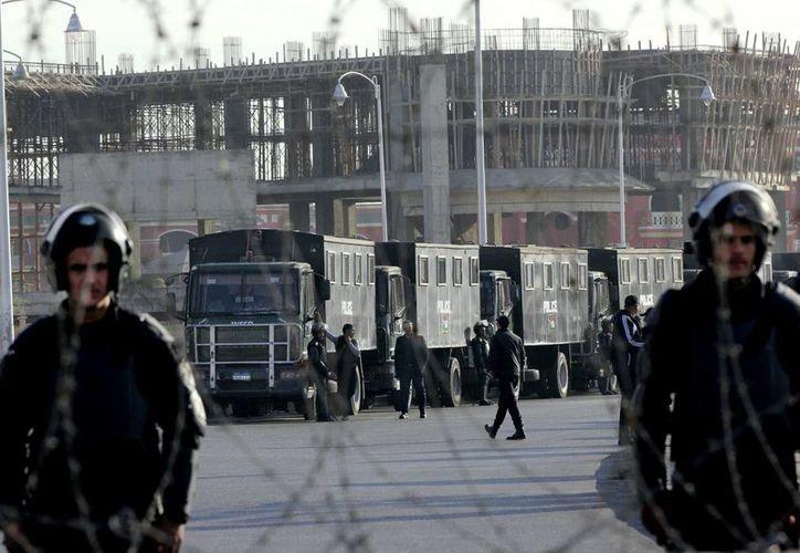 Fuerzas de seguridad custodian un tribunal donde se juzgará al derrocado presidente egipcio Mohamed Morsi, por incitar a la muerte de manifestantes congregados frente al palacio presidencial en diciembre de 2012 en El Cairo, Egipto. (Agencias)