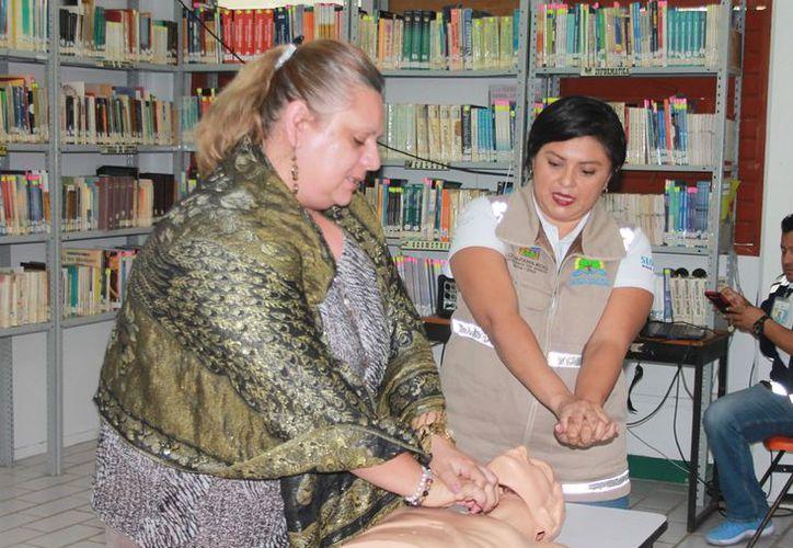 El objetivo es capacitar al personal del plantel para que pueda actuar en casos de una emergencia médica. (Joel Zamora/SIPSE)