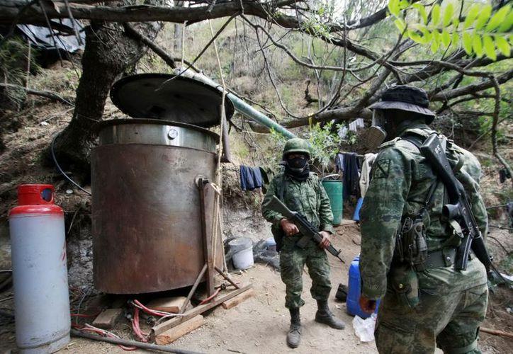 Militares durante el desmantelamiento de un narco laboratorio en Jalisco. (Notimex)