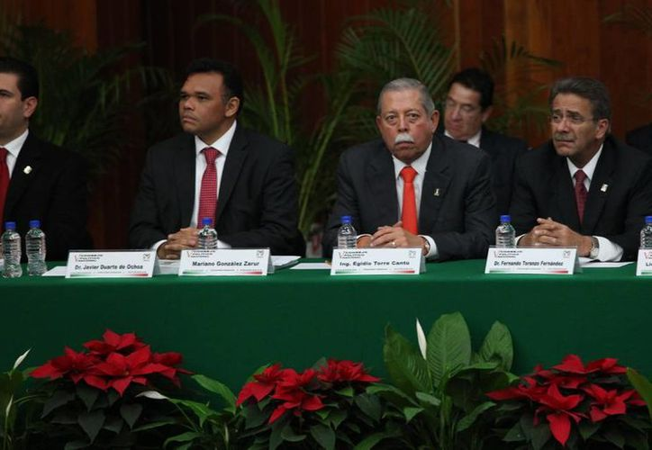 El gobernador de Yucatán, Rolando Zapata Bello (segundo de la izquierda) estuvo ayer en la reunión del Consejo Político del PRI, en la Ciudad de México. (Cortesía)