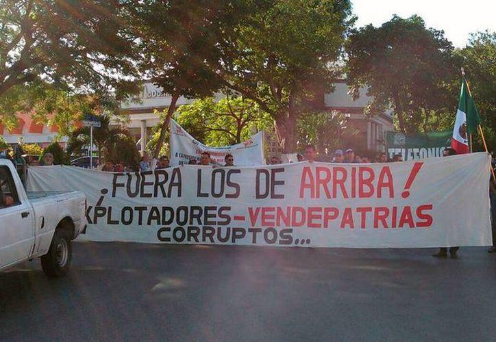 Un grupo poco nutrido de personas inició una marcha contra el gasolinazo, en Mérida. (Daniel Sandoval/SIPSE)