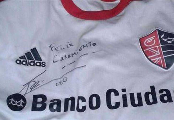 Dos novios argentinos se casarán gracias a un autógrafo de Messi. (Foto: Milenio)