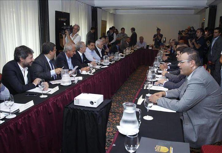 En imagen, los directivos de quince clubes que disputarán la Copa Libertadores 2016 en el Hotel Radisson, en Montevideo. Los equipos reclaman mayores incentivos económicos por parte de la Conmebol. (EFE)