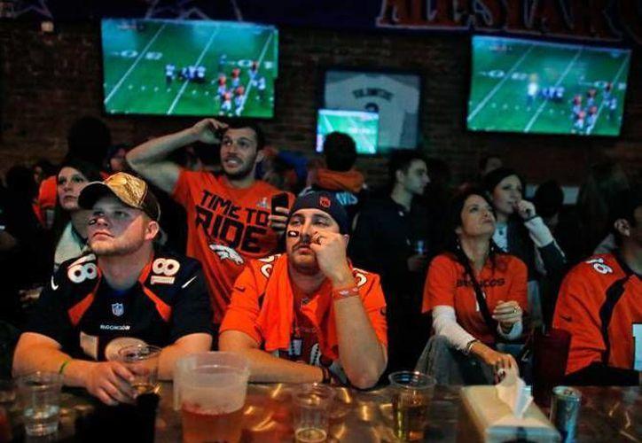 Millones de aficionados al futbol americano que el próximo domingo podrán disfrutar del Super Bowl L faltarán a sus labores el próximo lunes, esto según encuestas realizadas en Estados Unidos. (Archivo AP)