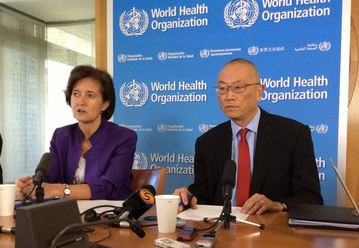 El director adjunto de la OMS, Keiji Fukuda, aseveró en rueda de prensa que los países deben analizar con cuidado su respuesta ante lo que se considera una emergencia de salud internacional, lo acompaña la subdirectora de Seguridad Sanitaria, Isabelle Nuttall. (Notimex)