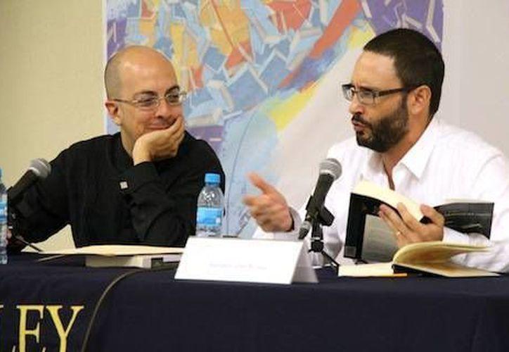 Jorge Volpi y Adrián Curiel Rivera durante su presentación en la Filey 2014, en el Centro de Convenciones Yucatán Siglo XXI. (Cortesía)