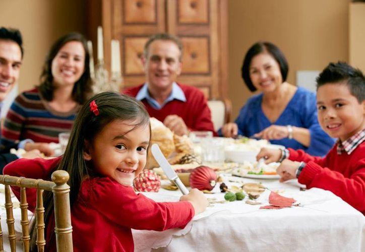 Evitar comer en familia puede ayudarte a ganar peso, pues en la mesa familiar se suele consumir alimentos saludables, según un estudio. (Foto: nutrichicos.com)