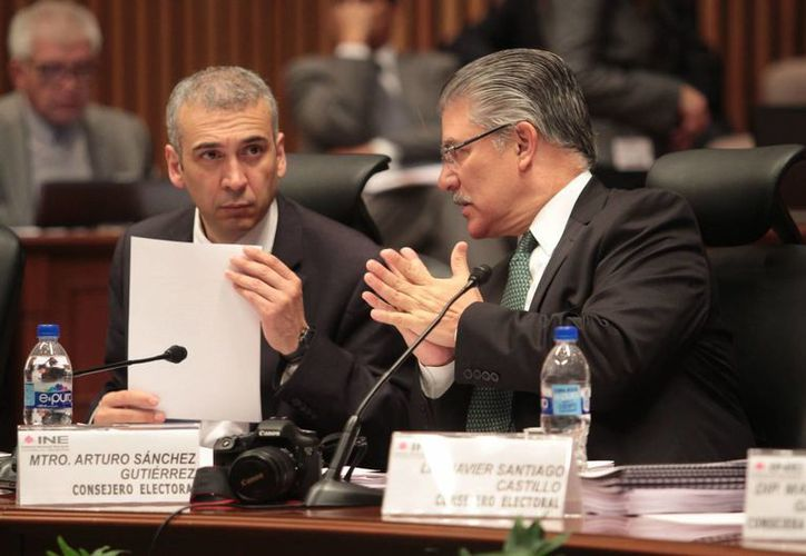 Los consejeros Benito Nacif y Arturo Sánchez, durante una sesión extraordinaria del Consejo General del INE. (Imagen de archivo/Notimex)