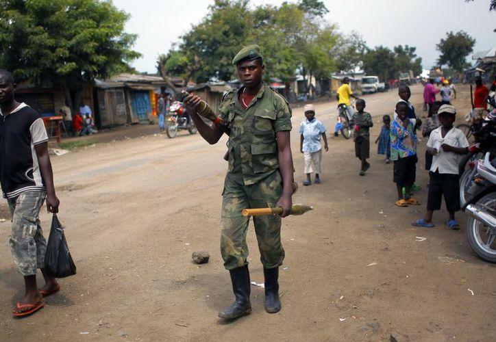 Un rebelde M23 camina por las calles de la ciudad del norte de Kivu Rubare cerca de Rutshuru, a 75 km al norte de Goma. (Archivo/AP)