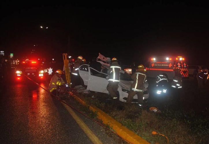 Una pareja de extranjeros perdió la vida en un choque que involucró a tres vehículos, en la carretera Playa del Carmen-Puerto Morelos. (Redacción/SIPSE)