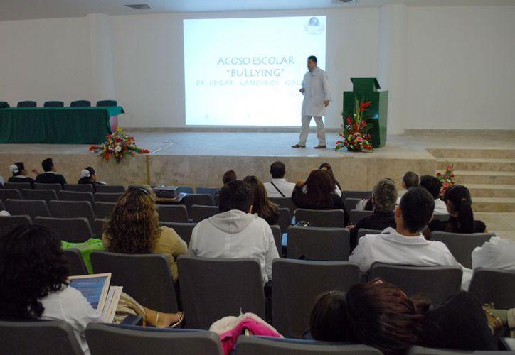 El doctor Edgar Landeros Galicia, dijo que los pacientes refirieron a los maestros como generadores del bullying. (Tomás Álvarez/SIPSE)