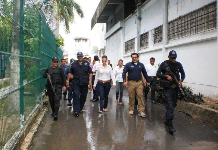 El secretario de Seguridad Pública, Carlos Bibiano Villa Castillo, recorrió cada uno de los rincones del Cereso de Chetumal. (Harold Alcocer/SIPSE)