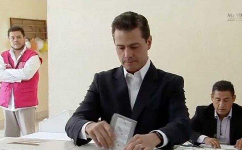 Momento en que el presidente de México, Enrique Peña Nieto, emite el voto. (excelsior.com)