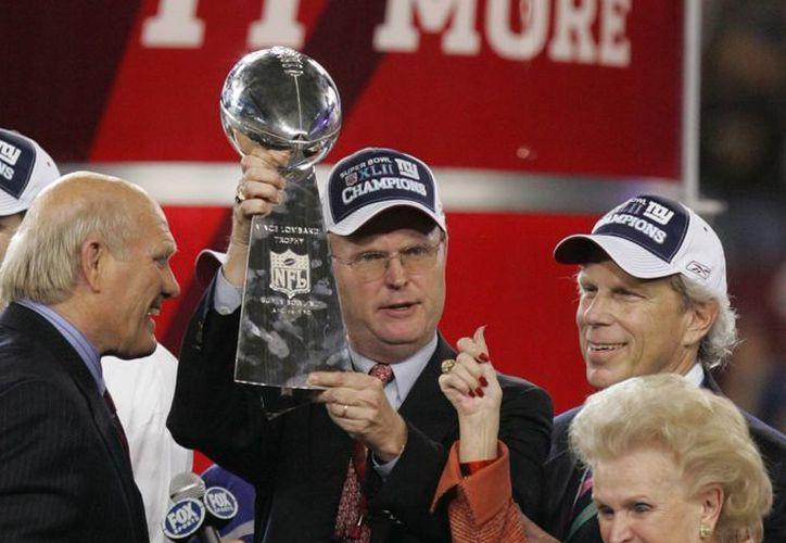 En esta imagen de 2008, Ann Mara y su hijo John Mara (con el trofeo) celebran la victoria en el Super Bowl de ese año, luego del triunfo de Gigantes de Nueva York sobre los Patriotas de Nueva Inglaterra. (AP)