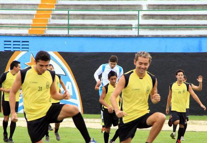 Con el inicio de la pretemporada y la partida de Jair García, el entrenador del CF Mérida tendrá ahora que pensar en traer refuerzos. (Milenio Novedades)