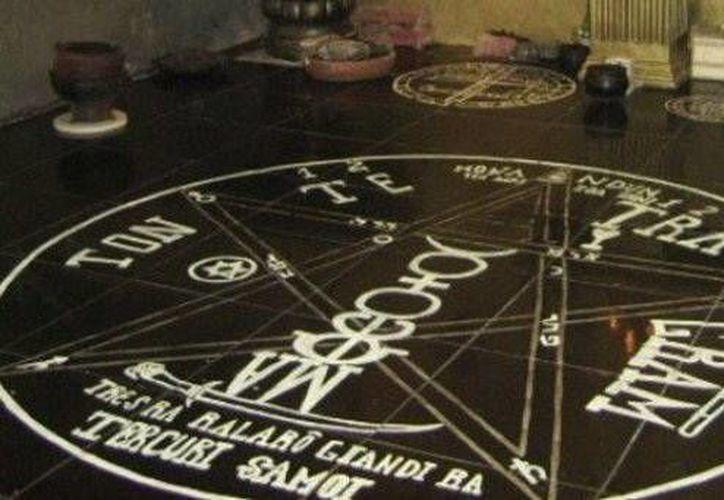 Imágenes de pentagramas similares a este estaban pintadas por toda la casa donde vivía una pareja que invocaba al demonio. (SIPSE)