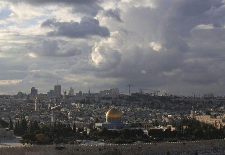 Vista de la Cúpula de la Roca (c) en la explanada de las mezquitas desde el Monte de los Olivos en Jerusalén. (EFE)
