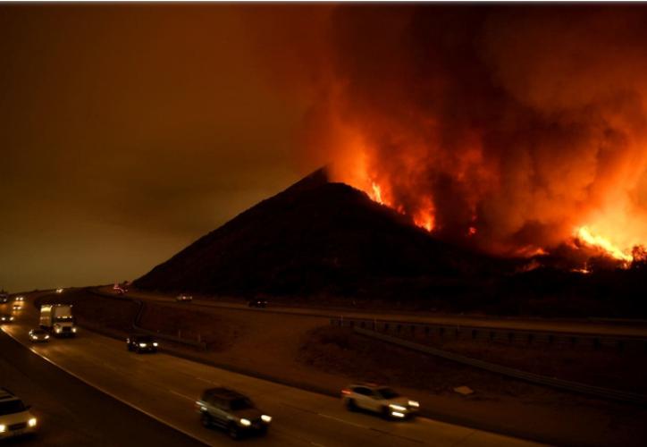 Los residentes llenaban las esquinas de las calles y las gasolineras del centro de la ciudad para mirar las llama. (Foto: New York Times)
