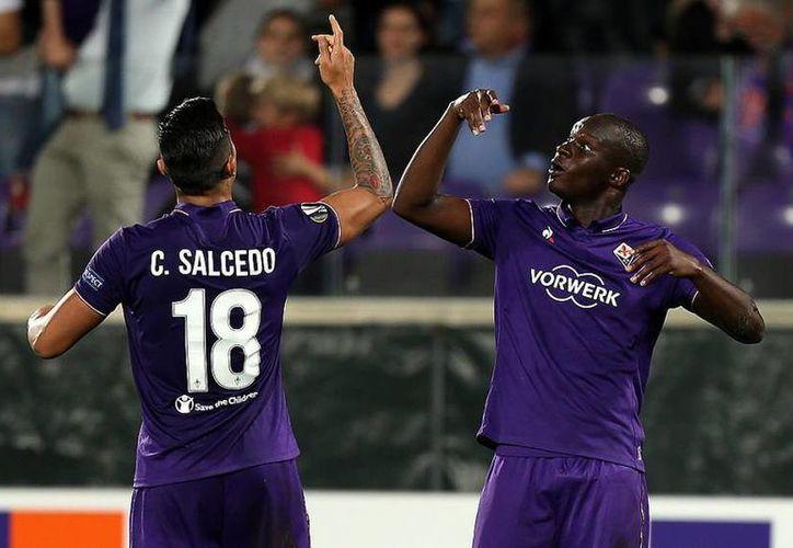 Carlos Salcedo se mostró seguro en la parte defensiva del equipo italiano. En la foto, el mexicano celebra uno de los cinco goles.(Foto tomada de Facebook/ACF Fiorentina)
