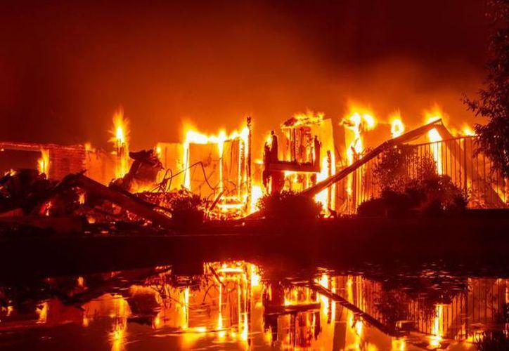 Arrestan a sujeto por provocar nueve incendios en California. (Foto: AP)