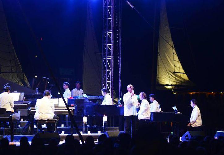 El cantautor yucateco Sergio Esquivel unió su voz al recital, que estuvo bajo la producción artística de Carlos Herrera y la organización del Patronato Cultur. (Milenio Novedades)