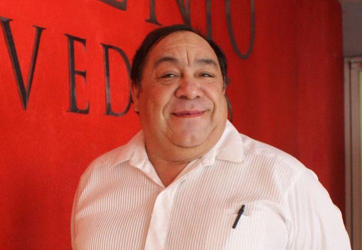 Héctor Manuel Herrera 'Cheto' presentará su obra  'Yucatecos en tendencia' en el marco del festival del teatro 2015. En la foto, 'Cheto' Herrera durante su visita a Milenio Novedades. (Milenio Novedades)