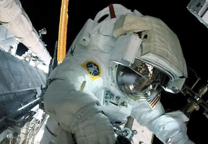 Los astronautas se instalaron una cámara en el pecho para poder capturar los mejores momentos mientras estaban fuera de la estación espacial.(Captura de video/Youtube)
