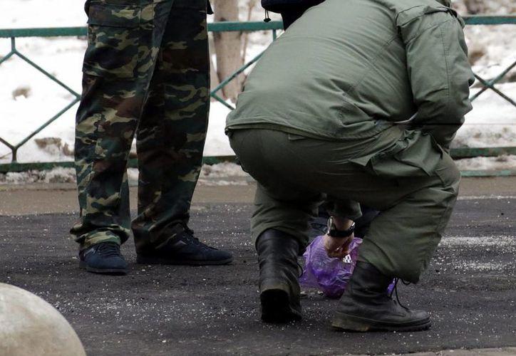 Varios agentes de la policía rusa inspeccionan un suceso. (EFE/Archivo)