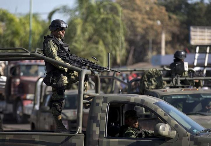Según el Gobierno de Estados Unidos, 90 estadounidenses fueron secuestrados en México entre abril y noviembre de 2013, 81 ciudadanos fueron asesinados el año pasado y 71 en 2012. En la imagen, soldados patrullan Cuatro Caminos, Michoacán, debido al incremento de la violencia. (Agencias)