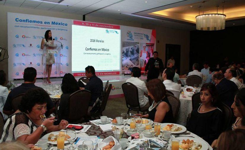 Más de 60 empresarios se dieron cita ayer en un famoso hotel de Mérida, sede de un encuentro de capacitación que tiene el objetivo de fomentar la competitividad de las empresas yucatecas y propiciar su incursión en el mercado global. (Jorge Acosta/ Milenio Novedades)